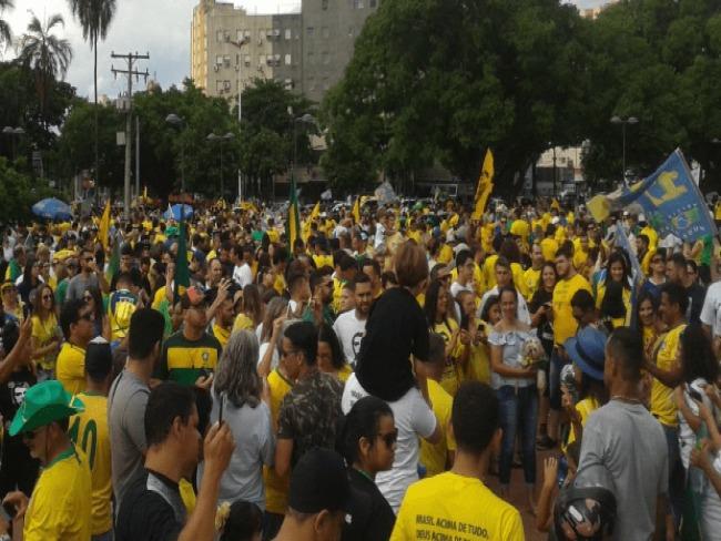Manifestantes se reúnem na Praça Cívica