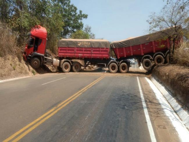 Carreta perde o freio na MG-188 e bloqueia pista no sentido Paracatu a Guarda-Mor