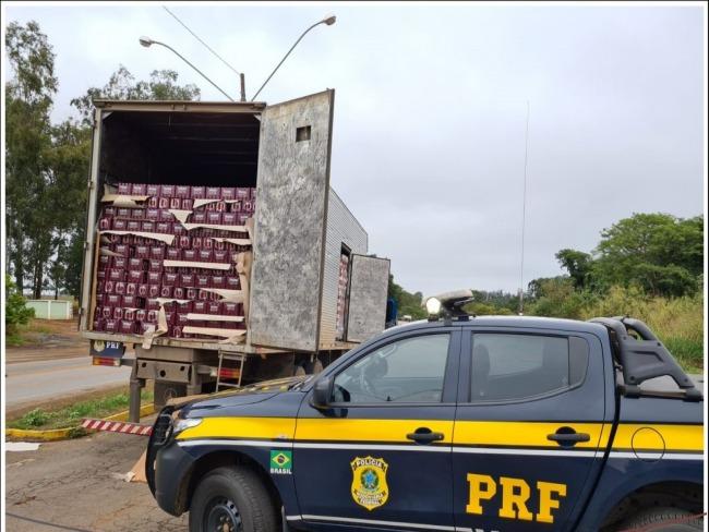 PRF apreende mais de 65 mil latas de cerveja na BR-365, em Patos de Minas