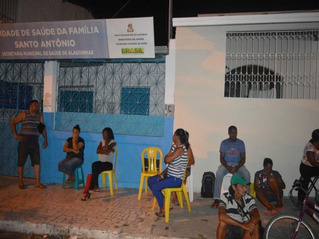Quatorze horas de espera em uma fila para marcação de exames médicos em Alagoinhas